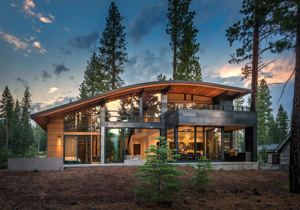 maison à deux étages avec fenêtres panoramiques