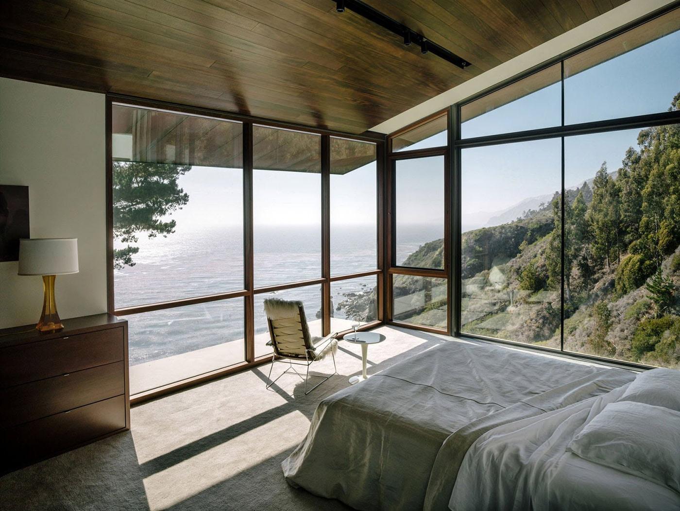 intérieur de chambre dans une maison de campagne avec fenêtres panoramiques