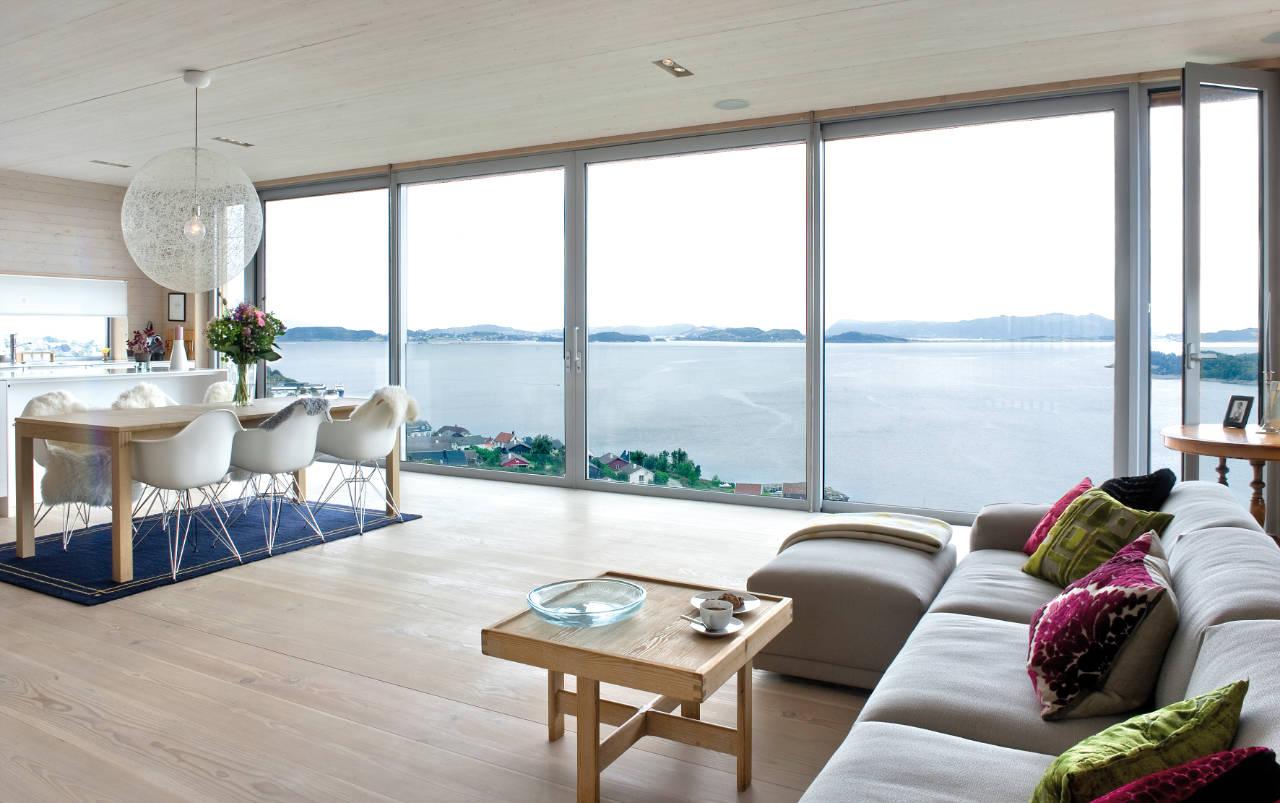 Intérieur de salon dans une maison de campagne avec fenêtres panoramiques