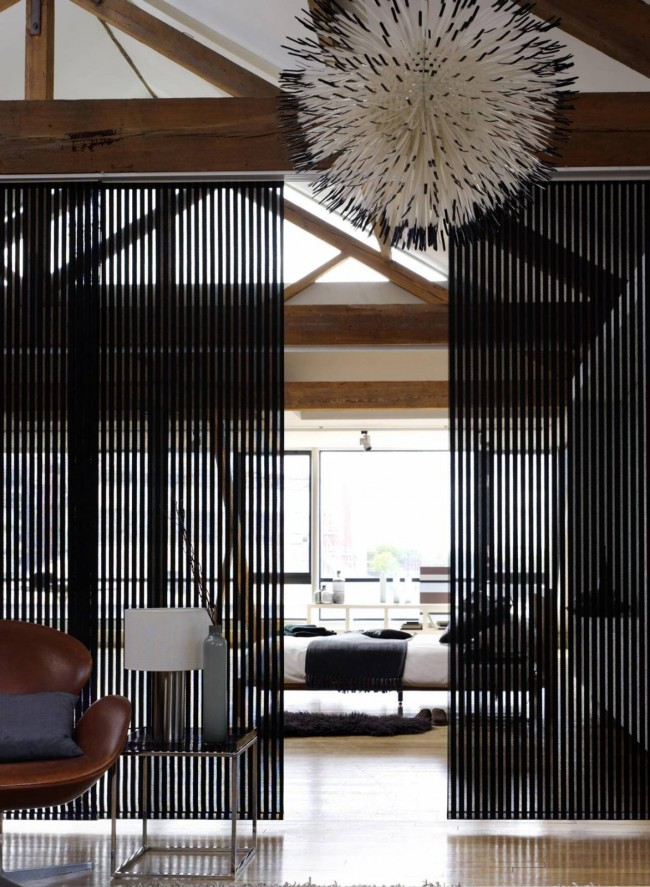 Aménagement libre, où un tel couloir n'est pas prévu, et le salon est séparé du couloir par des panneaux coulissants transparents