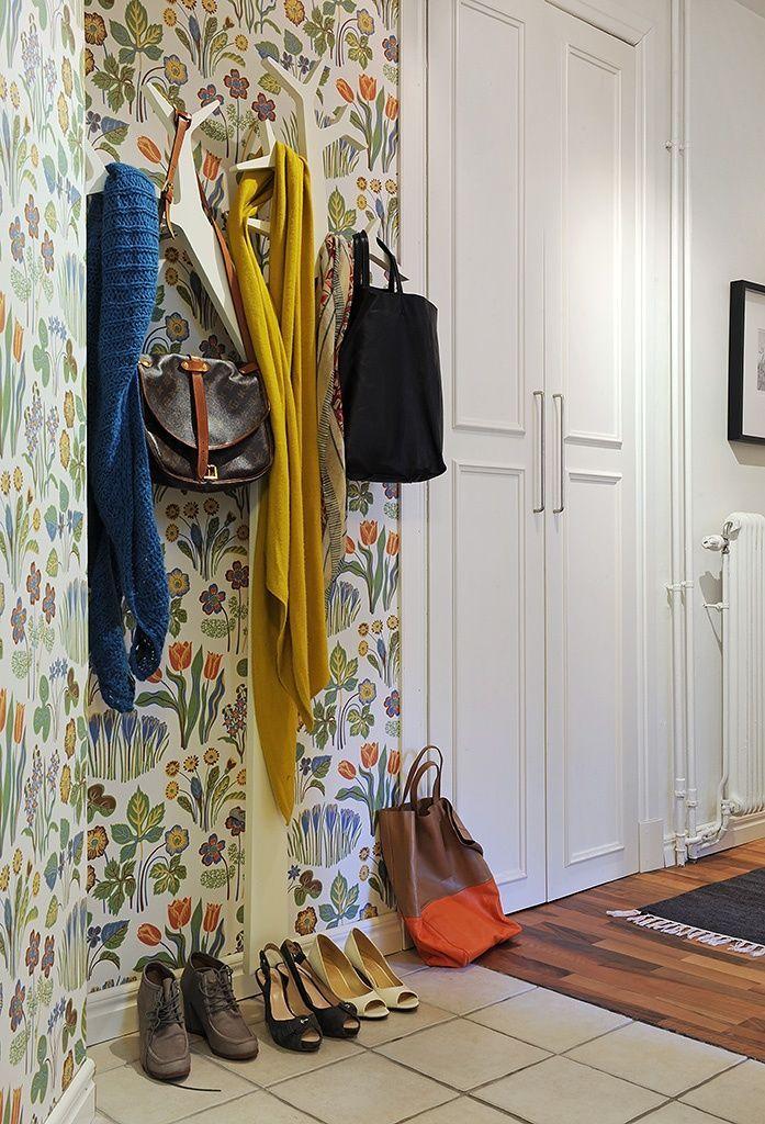 Mur lumineux dans un couloir lumineux : motif floral sur le papier peint