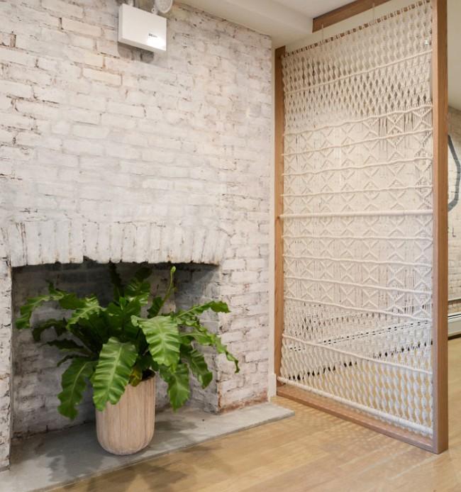 Autre exemple de décor de zonage pour les amoureux et amateurs de macramé et autres arts : une cloison avec des motifs de corde