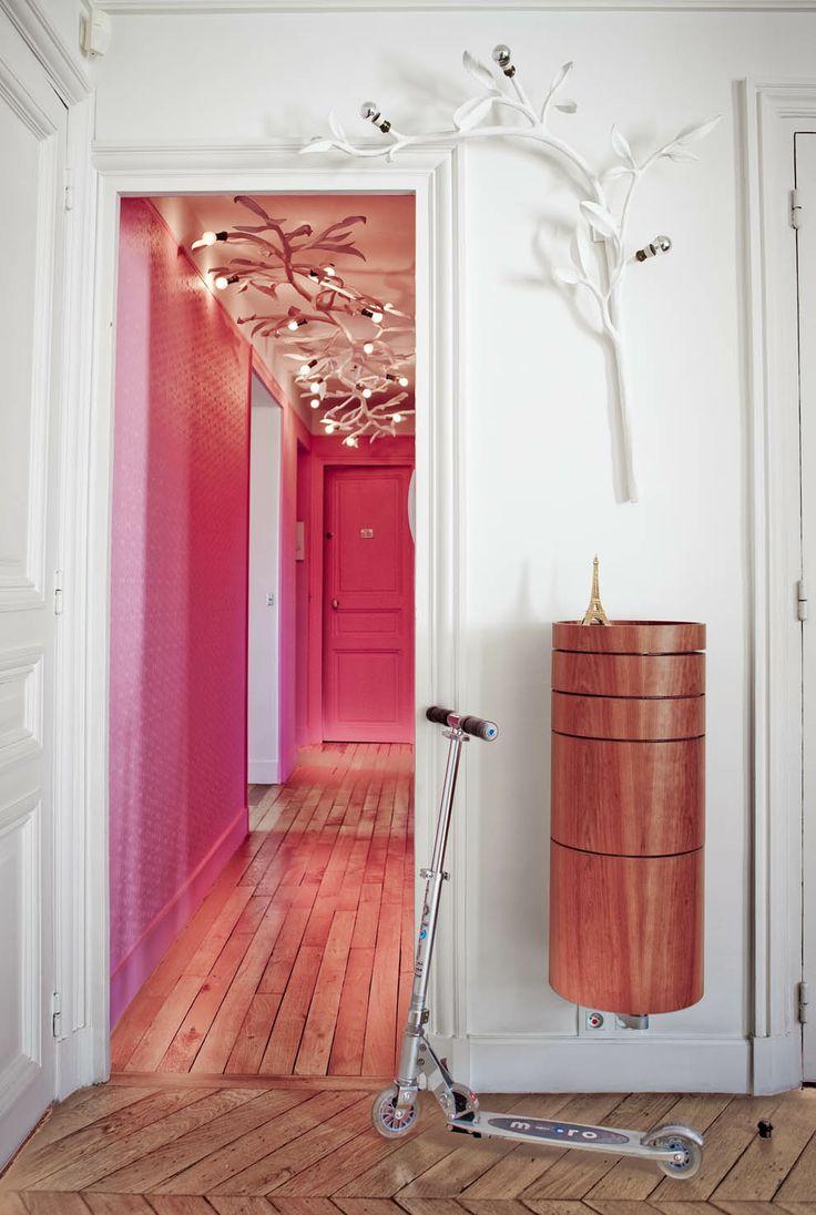 Le design blanc et rose semble très inhabituel pour un couloir