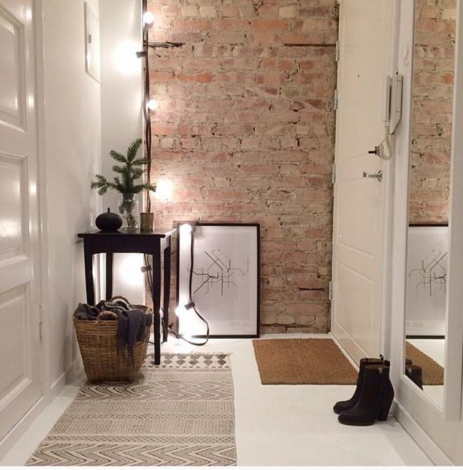 Couloir de style loft avec un mur de briques