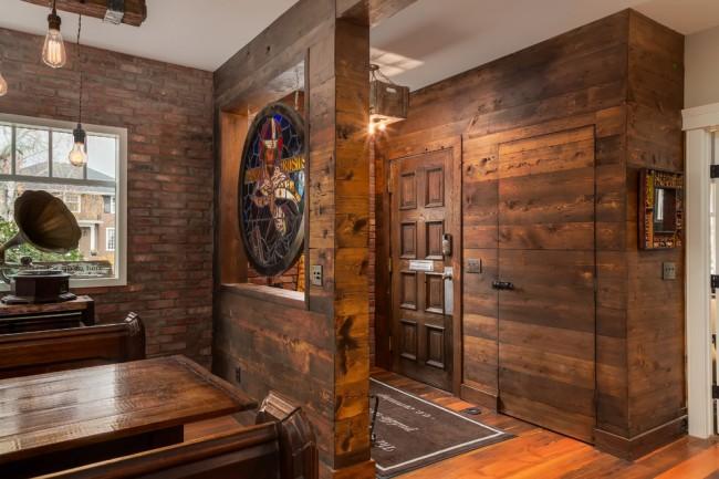Autre exemple d'aménagement libre, où, au lieu d'une cloison vierge, le salon et le couloir étaient symboliquement zonés et décorés d'un vitrail.