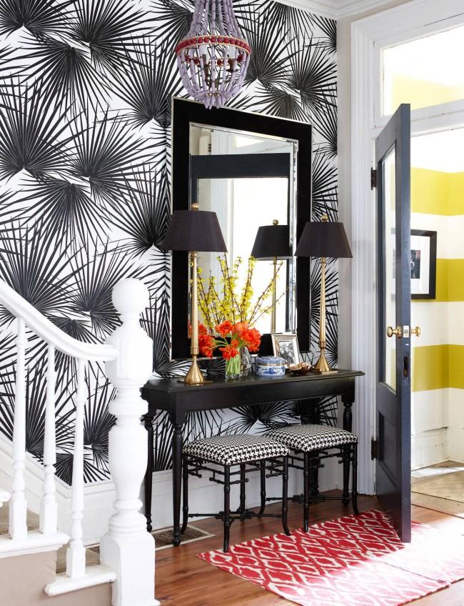 Papier peint noir et blanc avec motif de plantes tropicales à grande échelle, table console classique et décor