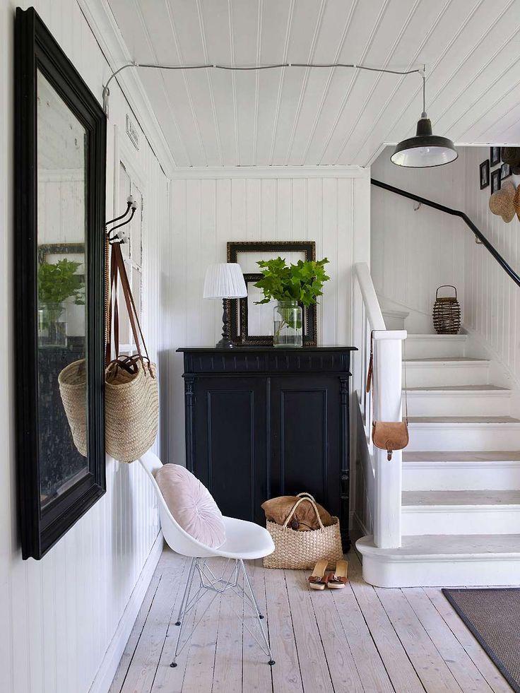 Petit couloir lumineux avec escalier au deuxième étage