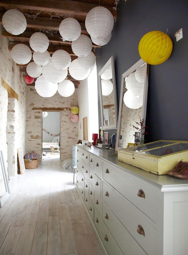 Solution inhabituelle pour décorer le plafond avec des lanternes en papier blanc clair