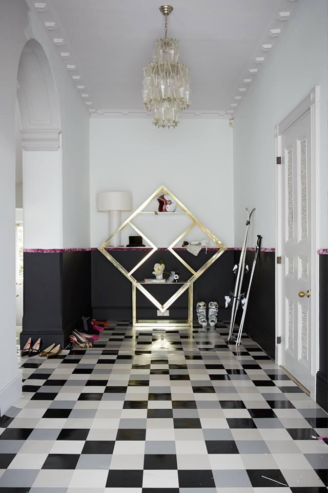 Plafond blanc d'un couloir noir et blanc dans un vrai style moderne