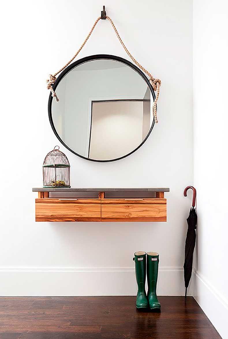 Miroir mural suspendu à une corde