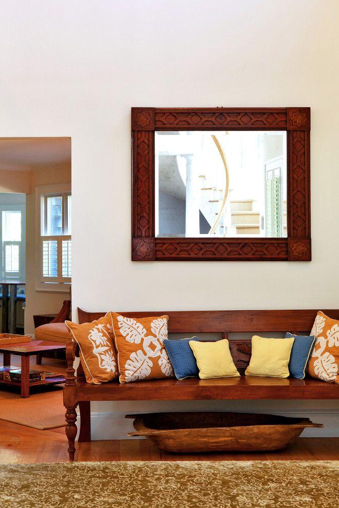 Miroir dans un cadre en bois avec un motif simple