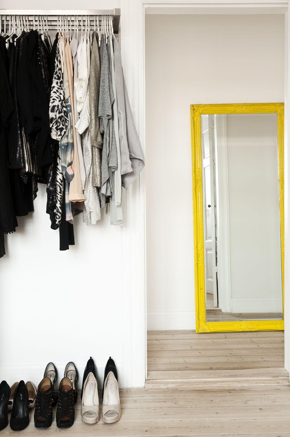 Grand miroir de sol avec cadre jaune