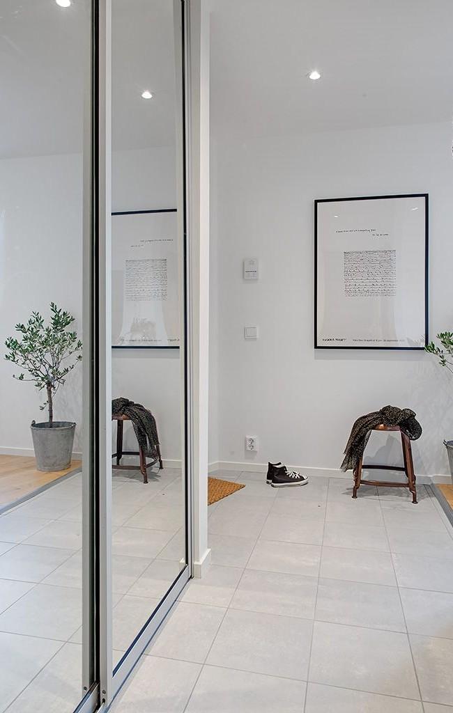Armoire avec un miroir dans le couloir