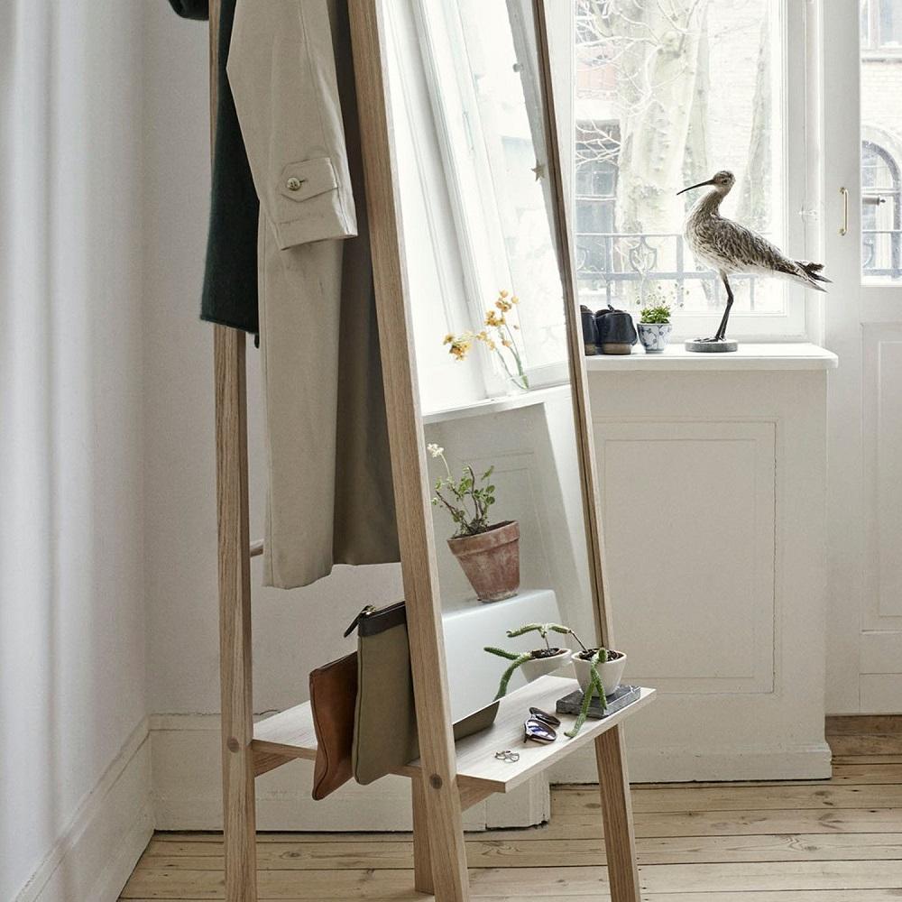 Miroir sur socle en bois avec étagère et cintre