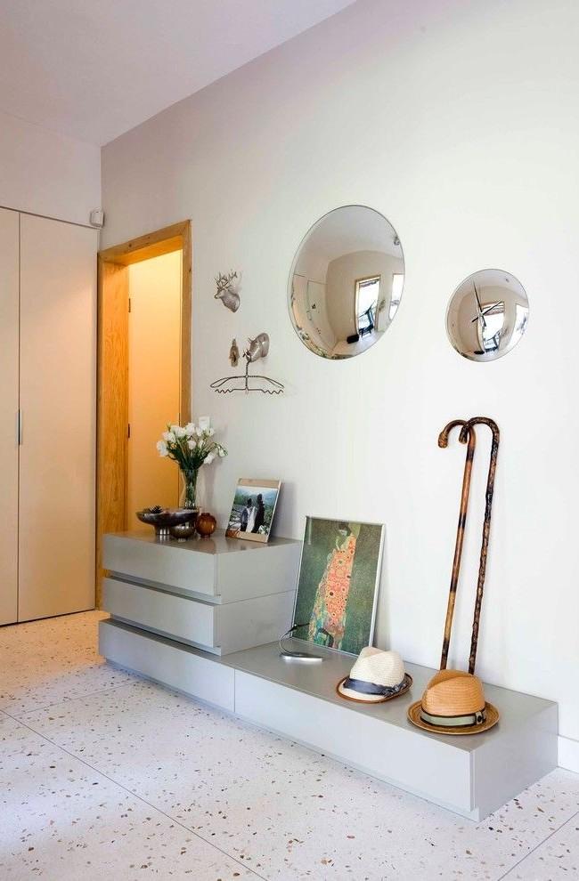 Un petit miroir convexe donne un grand angle de vue, à côté d'un miroir d'horloge convexe