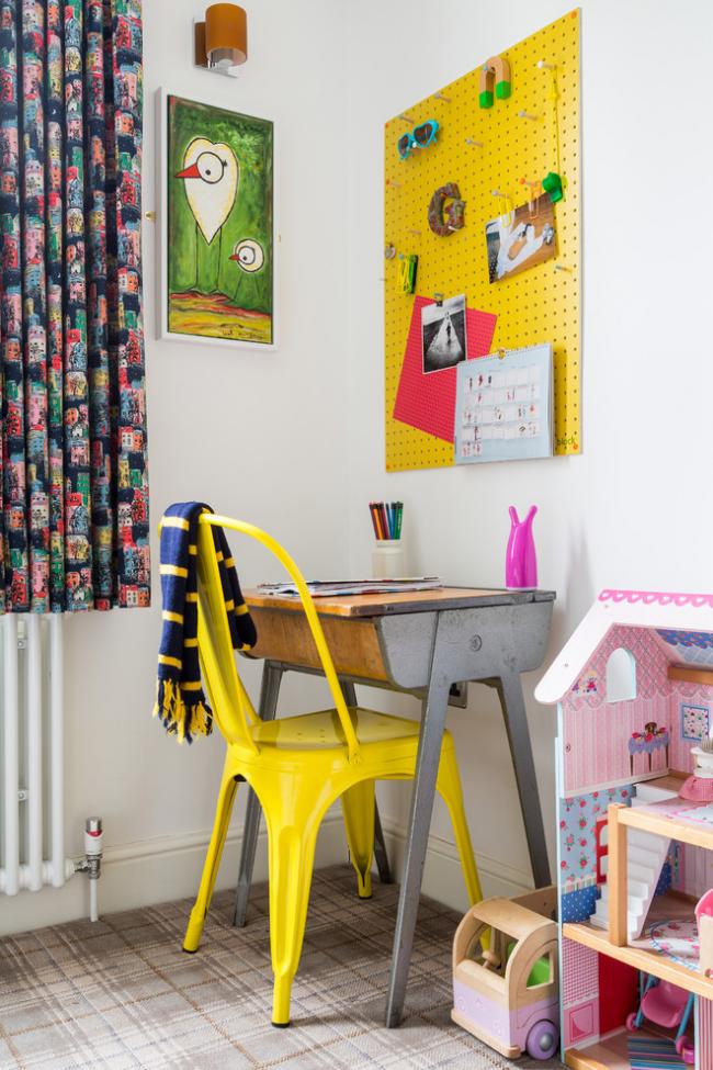 Une photo lumineuse de votre enfant, décorée dans un cadre peut décorer sa chambre