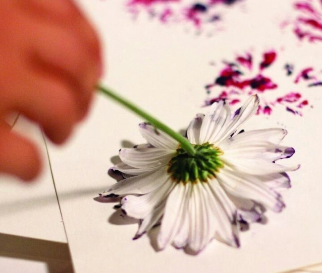 L'utilisation d'une simple fleur ou de feuilles d'arbre peut créer une toile unique