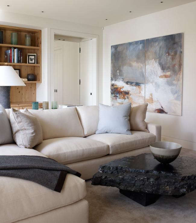 Salon moderne avec grand tableau modulable
