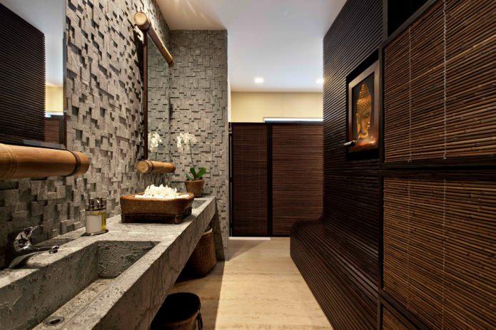 Panneaux de bambou dans la salle de bain