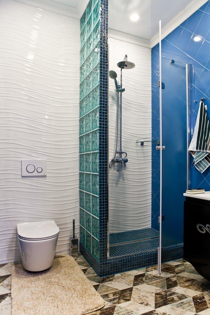 panneaux blancs en relief dans la salle de bain