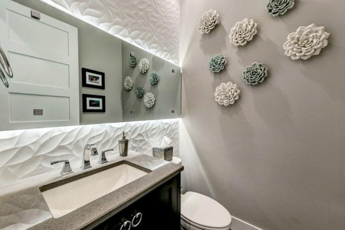 panneaux convexes et peinture dans la salle de bain