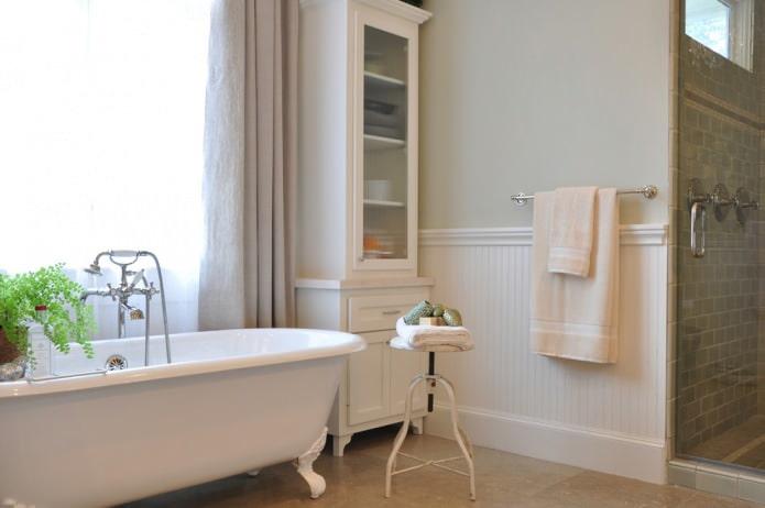 panneaux et peinture dans la salle de bain