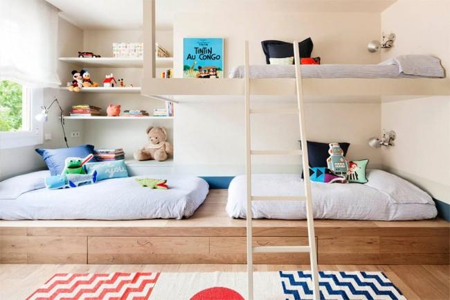Un lit podium dans une pépinière est l'option la plus pratique et la plus fonctionnelle pour planifier une pépinière.  Et aussi les enfants l'aiment beaucoup.
