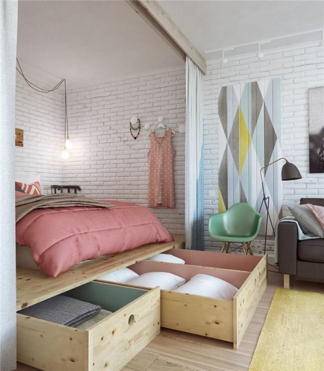 Appartement d'une pièce de style loft, où un podium en bois délibérément grossièrement traité est inscrit dans une niche spacieuse