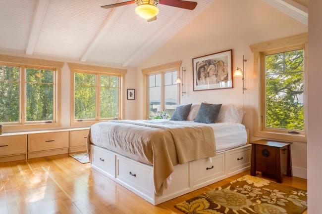 Intérieur de chambre éclectique avec lit en cuir de couleur acide