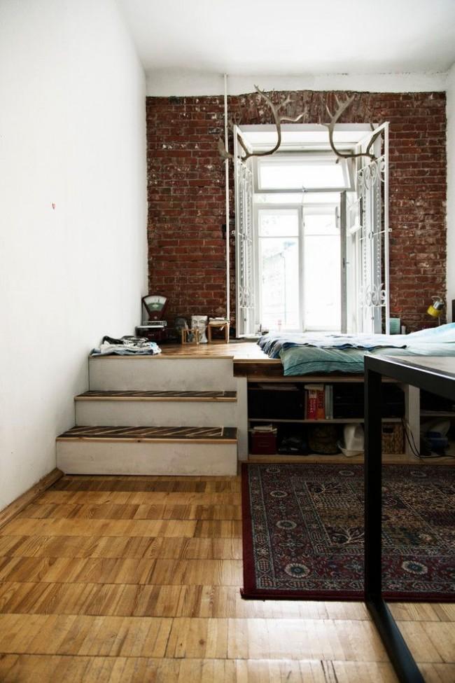 Lit podium de style loft près de la fenêtre