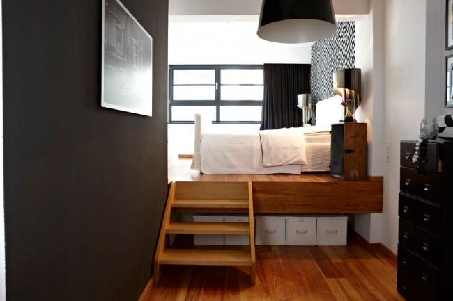 Podium suspendu fonctionnel pour matelas ou petit lit près de la fenêtre dans un intérieur scandinave