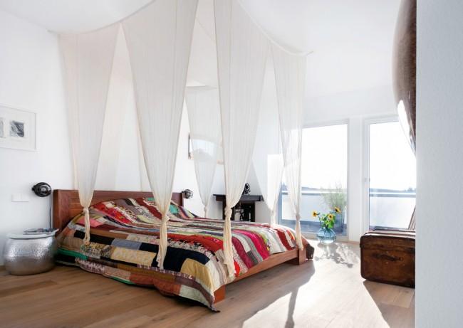 Un auvent sans cadre où le tissu est suspendu à des cordes attachées à quatre crochets au plafond