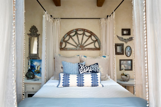 Style plage dans la chambre et un rideau translucide autour du lit