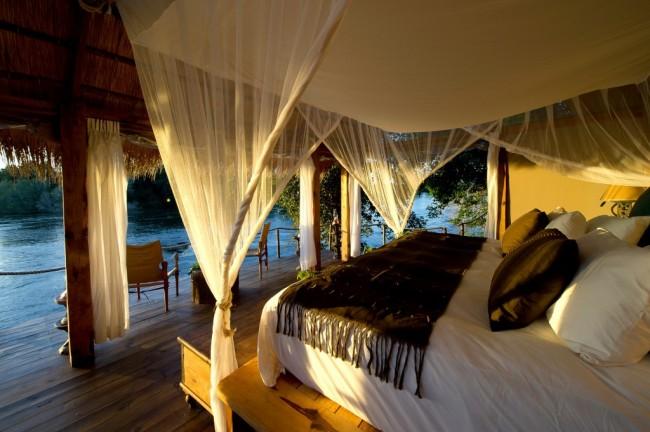 Une chambre en îlot, dans laquelle un tel baldaquin au-dessus du lit sert de protection contre les insectes gênants