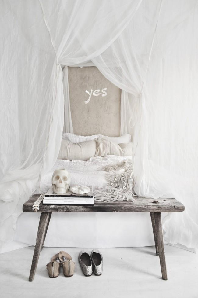 Les tissus légers au-dessus du lit créent une atmosphère romantique dans la chambre