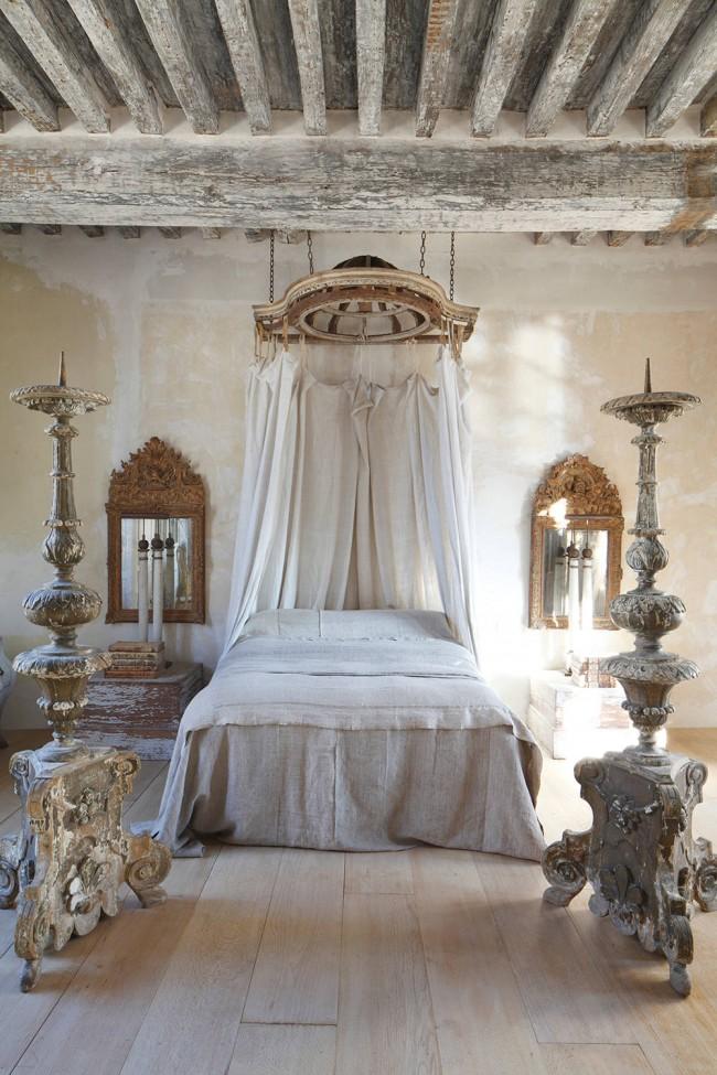 Décoration de chambre, où modernité, chic vieilli et luxe des riches demeures de l'époque coloniale française se mêlent