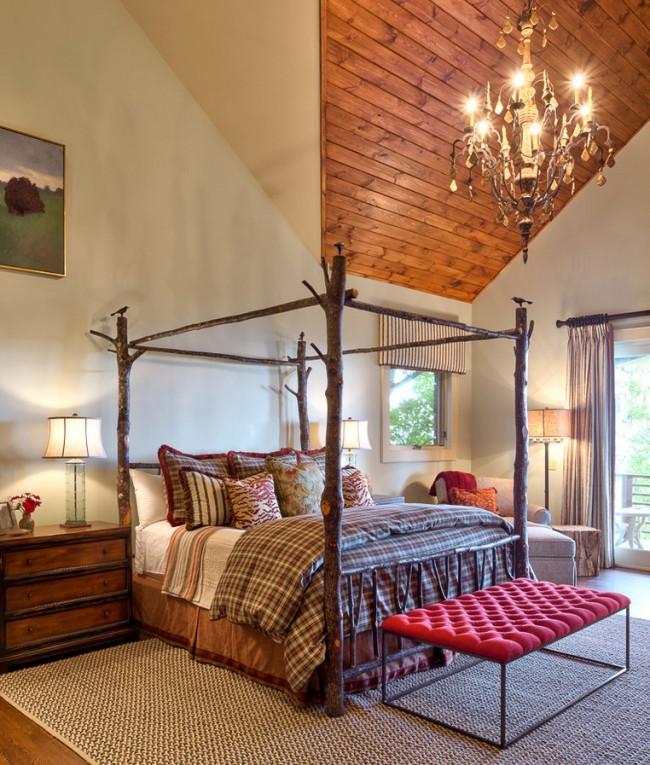 Une chambre avec un plafond voûté très haut devient plus cosy avec un baldaquin au-dessus du lit.  Remarquez comment la verrière de vraies bûches sur la photo de cette chambre de style champêtre est naturellement et joyeusement décorée d'oiseaux.