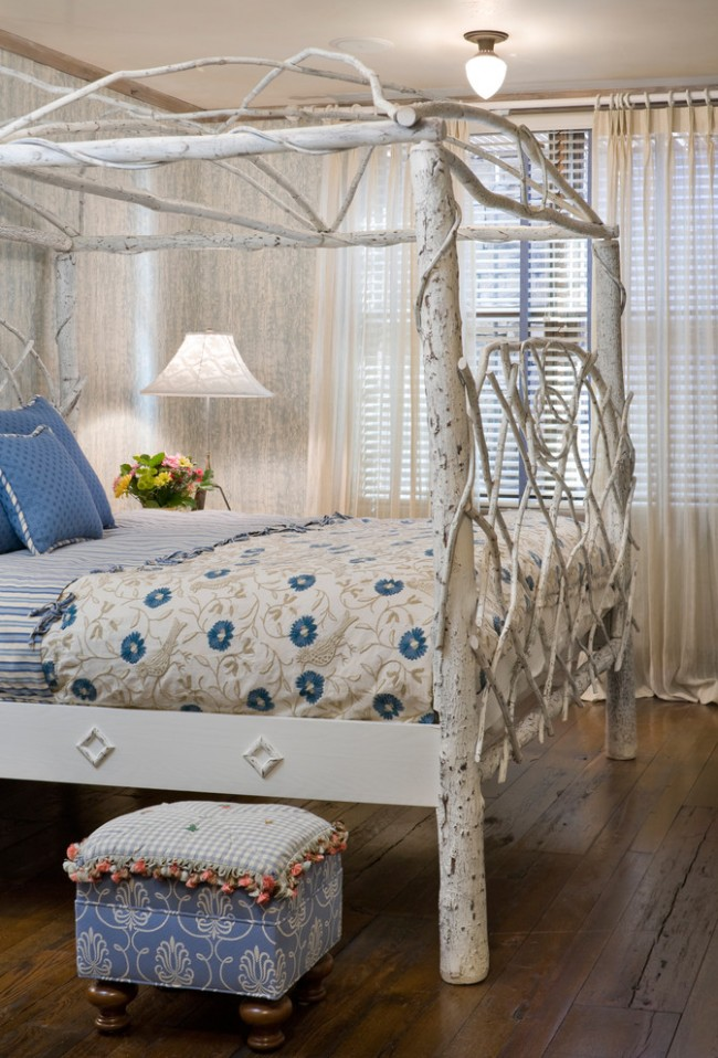 Les enfants seront particulièrement ravis du baldaquin au-dessus du lit fait de vraies branches.  Vous pouvez en faire un similaire de vos propres mains.