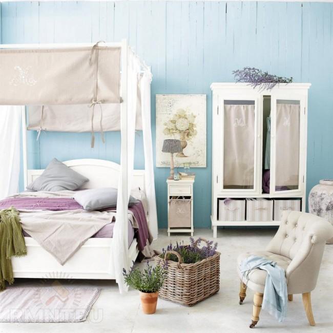 Chambre de style provençal avec un auvent dense en tissus naturels
