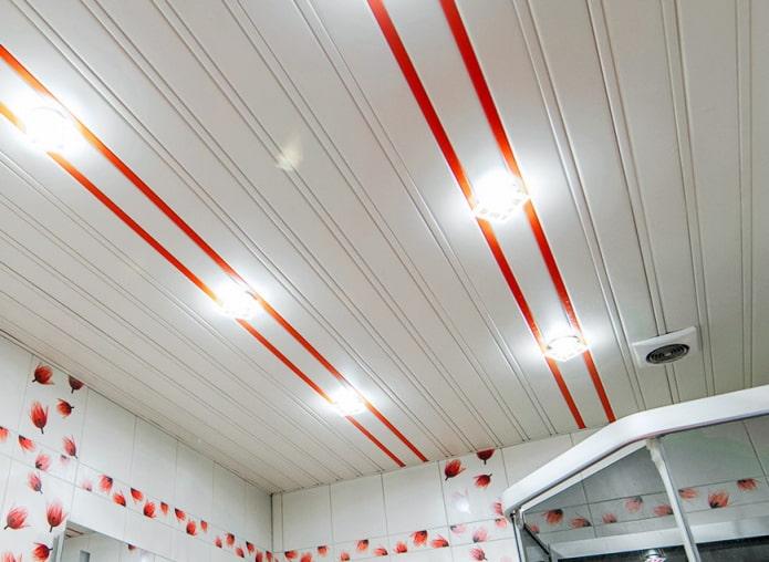 plafond à lattes à l'intérieur de la salle de bain