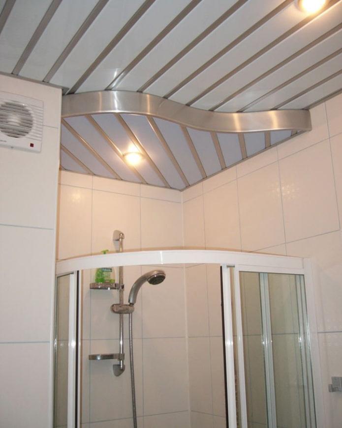 panneaux de plafond en aluminium dans la salle de bain