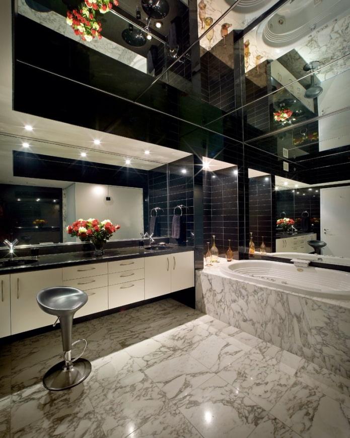 plafond miroir à l'intérieur de la salle de bain