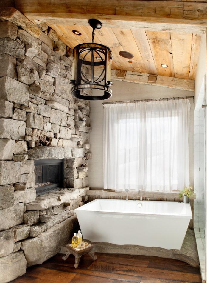 plafond en bois à l'intérieur de la salle de bain