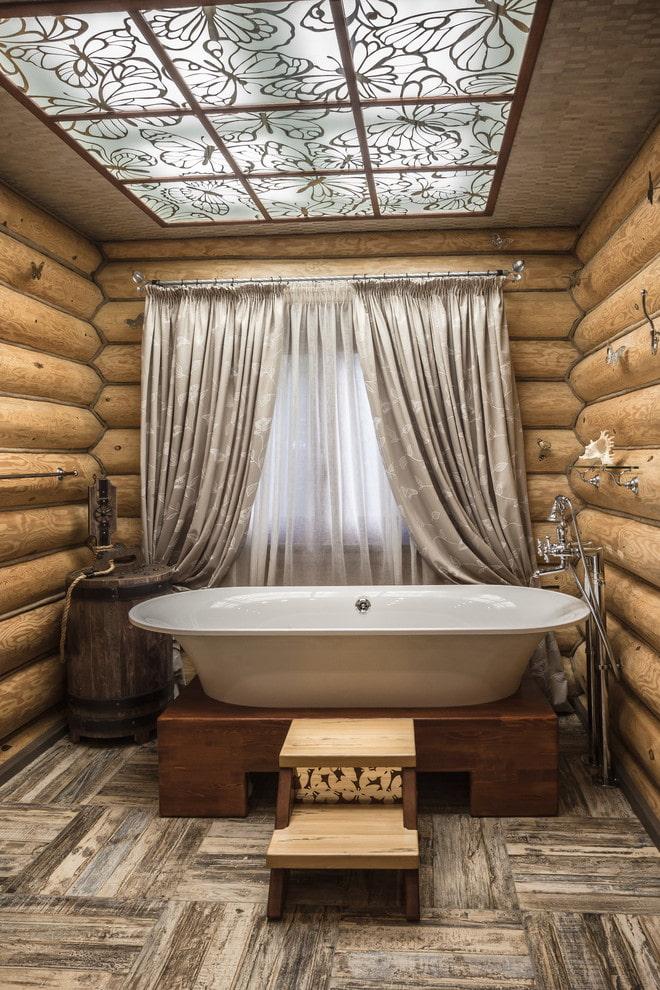 plafond de verre à l'intérieur de la salle de bain