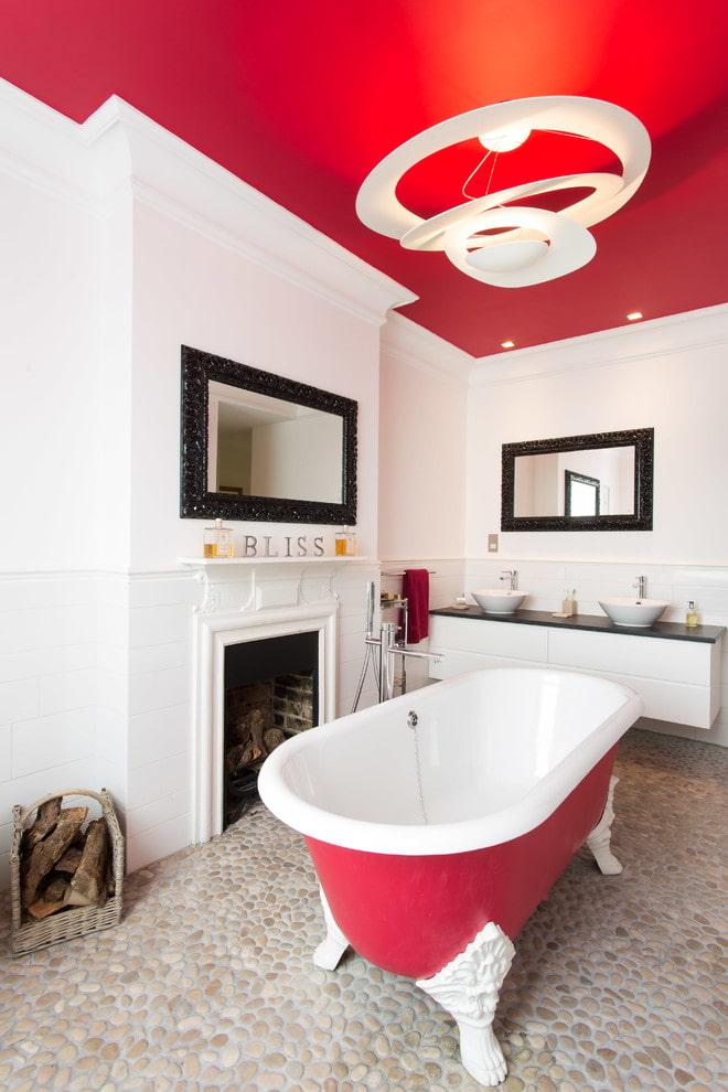 plafond peint à l'intérieur de la salle de bain
