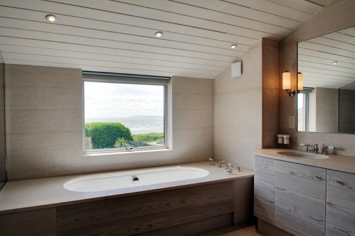 revêtement au plafond à l'intérieur de la salle de bain