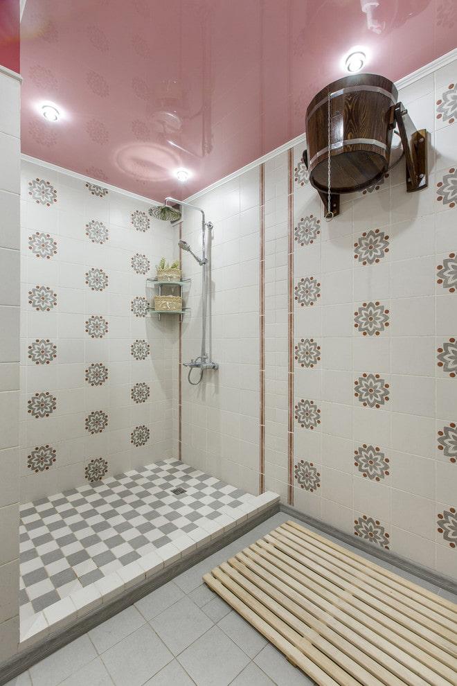 plafond à un niveau à l'intérieur de la salle de bain
