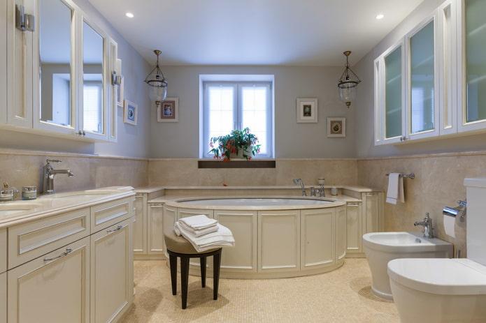 surface de plafond satinée dans la salle de bain