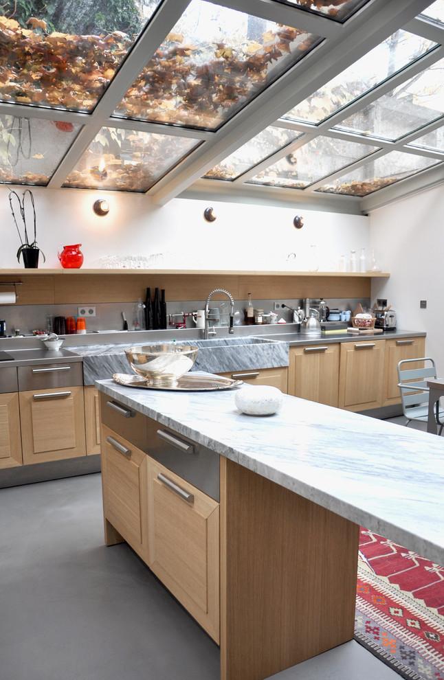 Le toit en polycarbonate (ou verre trempé) de la cuisine fermée rendra la pièce beaucoup plus lumineuse grâce à la lumière du soleil