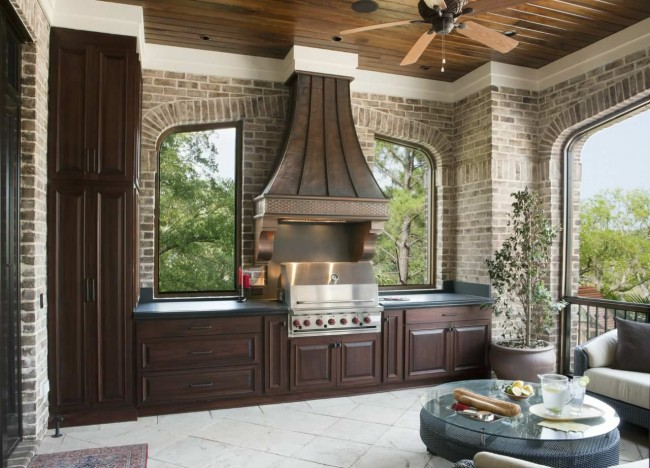 Véranda à la décoration classique avec barbecue